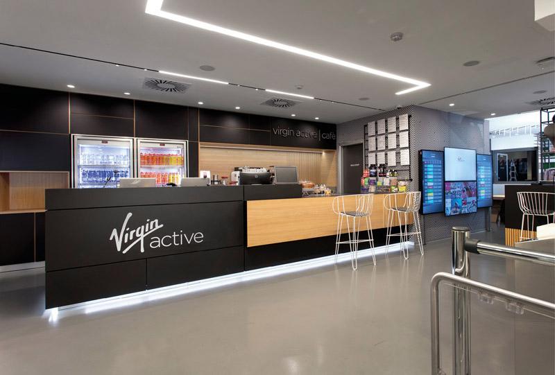 Area Reception e Bar, banconi reception e bar, scaffali e mobili, sedute e sgabelli