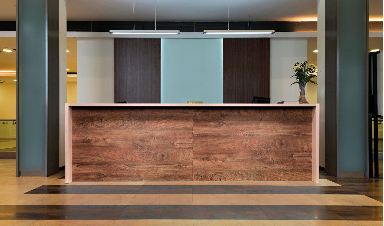 Banconi reception, banconi bar, scaffali e mobili, sedute, sgabelli