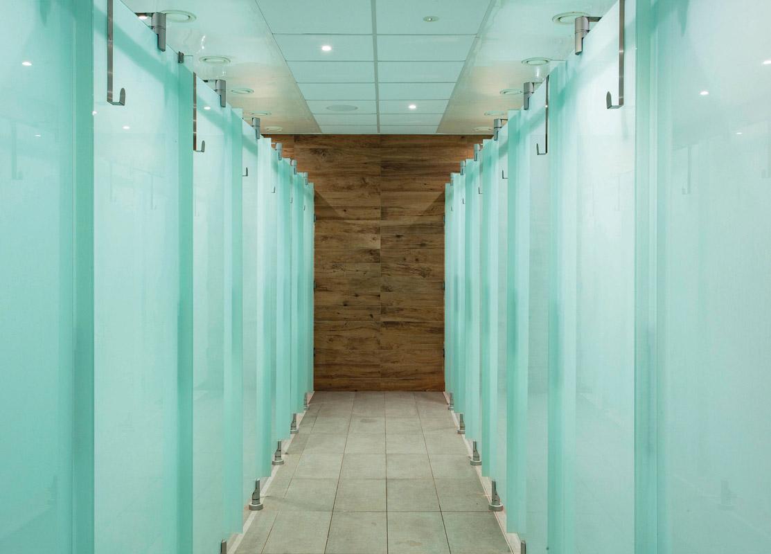Duschen und Toiletten