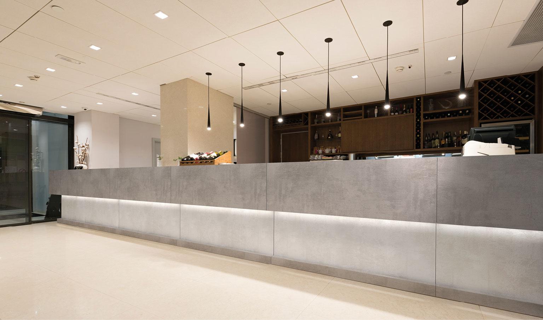 Banconi reception. banconi bar, scaffali e mobili, sedute, sgabelli